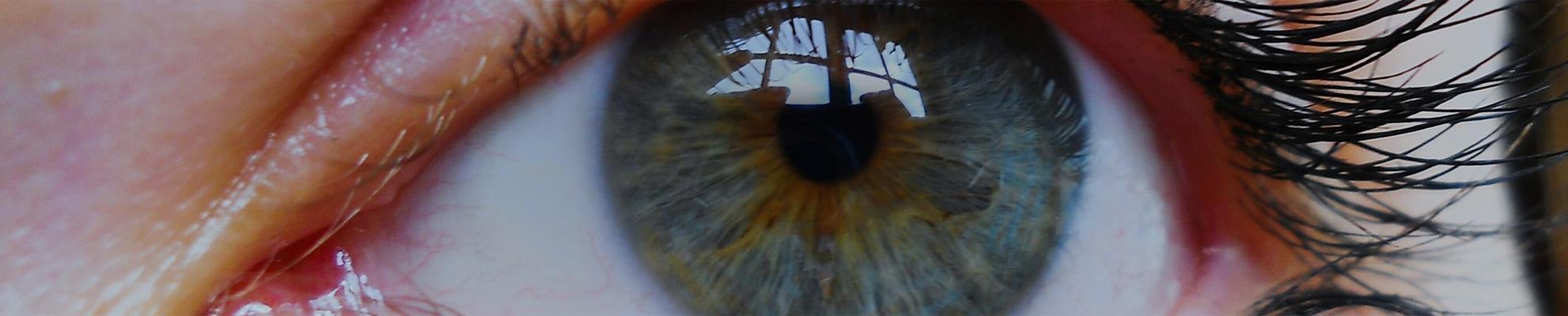 Image agrandie d'une femme aux yeux bleus